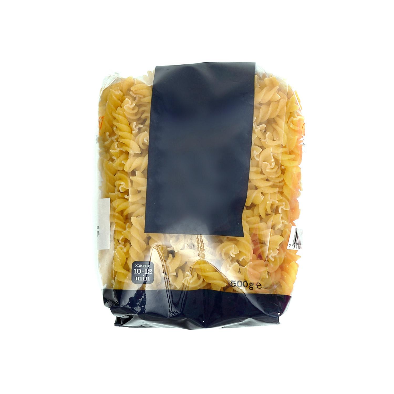 Pasta i en genomskinlig plastförpackning med stor etikett